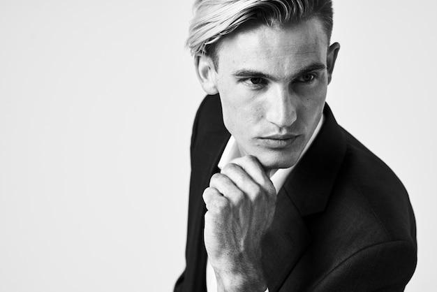 Mężczyzna w garniturze modna fryzura pozowanie glamour pewność siebie