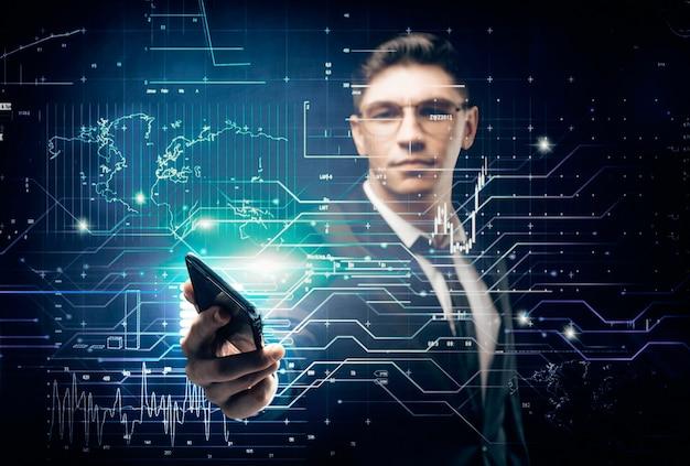 Mężczyzna w garniturze na cyfrowym tle wyciąga telefon. koncepcja rynku akcji. podwójna ekspozycja. różne środki przekazu