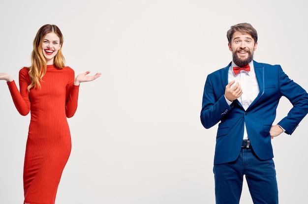 Mężczyzna w garniturze obok kobiety w czerwonej sukience komunikacja moda na białym tle