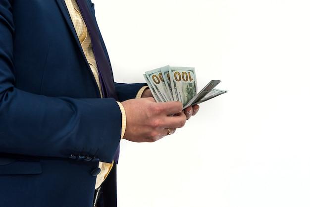 Mężczyzna w garniturze oferuje łapówkę za produkt lub usługę