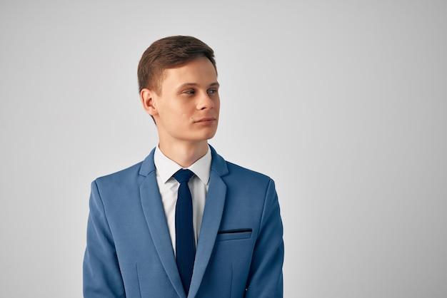 Mężczyzna w garniturze pewność siebie profesjonalne na białym tle. zdjęcie wysokiej jakości