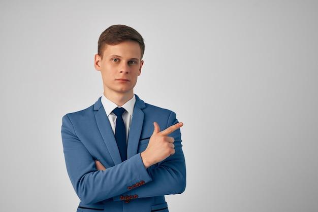 Mężczyzna w garniturze pewność siebie profesjonalny na białym tle