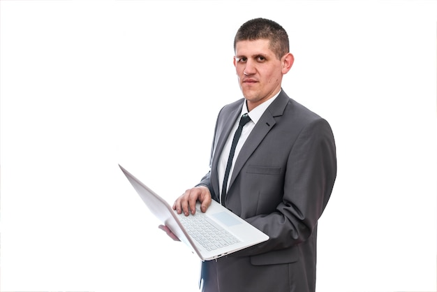 Mężczyzna w garniturze pracujący na laptopie na białym tle