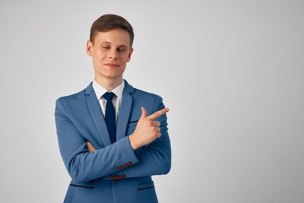 Mężczyzna w garniturze profesjonalny biznesmen na białym tle