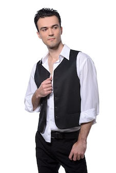 Mężczyzna w garniturze stoi i pozuje.