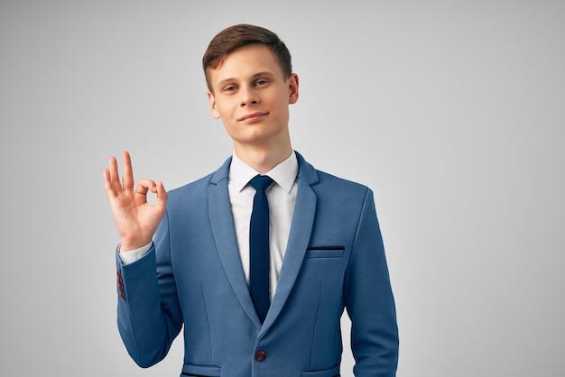 Mężczyzna w garniturze, sukces wykonawczy przycięty widok