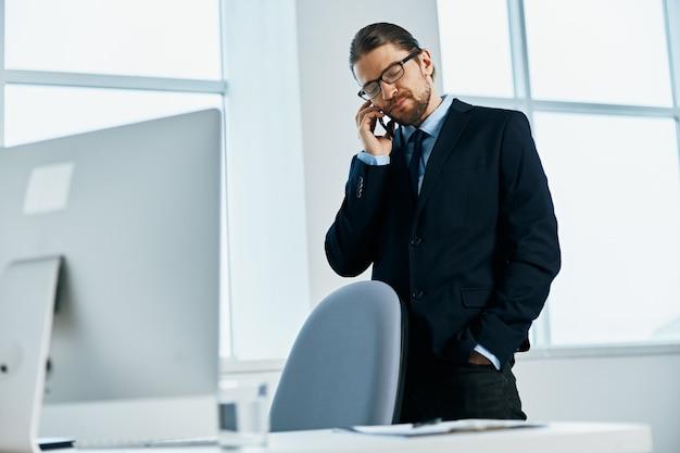 Mężczyzna w garniturze w okularach pewność siebie pracy wykonawczej