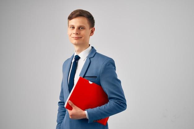 Mężczyzna w garniturze z czerwonym folderem dokumentów urzędnik biurowy