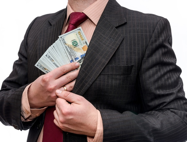Mężczyzna w garniturze z dolarami w kieszeni na białym tle