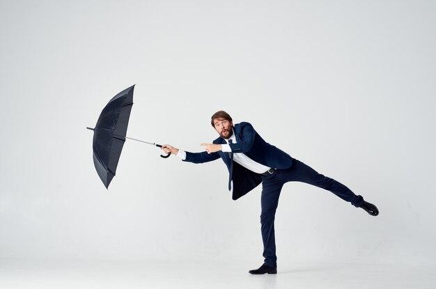 Mężczyzna w garniturze z parasolką w ręku ochrona przed deszczem elegancki styl na całej długości