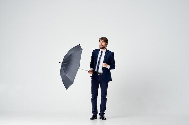 Mężczyzna W Garniturze Z Parasolką W Ręku Ochrona Przed Deszczem Elegancki Styl Na Całej Długości Premium Zdjęcia