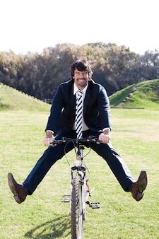 Mężczyzna w garniturze zabawy z rowerem