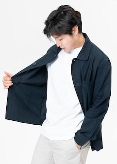 Mężczyzna w granatowej kurtce i szortach streetwear