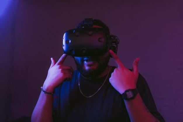 Mężczyzna w hełmie cyber