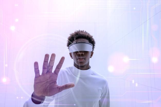 Mężczyzna w inteligentnych okularach dotykający wirtualnego ekranu futurystycznej technologii cyfrowej remiksu