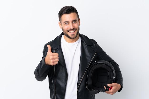 Mężczyzna w kasku motocykla podając kciuki gest