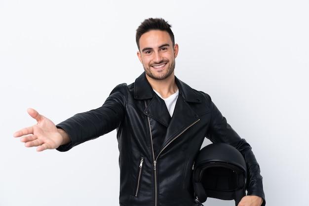 Mężczyzna w kasku motocyklowym przedstawiający i zachęcający do przyjścia z ręką