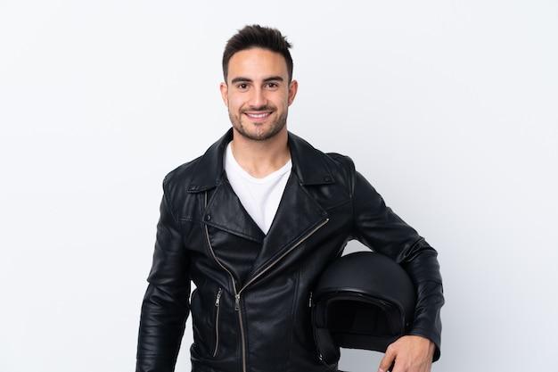 Mężczyzna w kasku motocyklowym, trzymając ręce skrzyżowane w pozycji frontowej