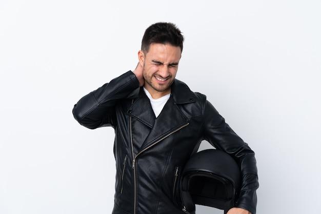 Mężczyzna w kasku motocyklowym z bólem szyi