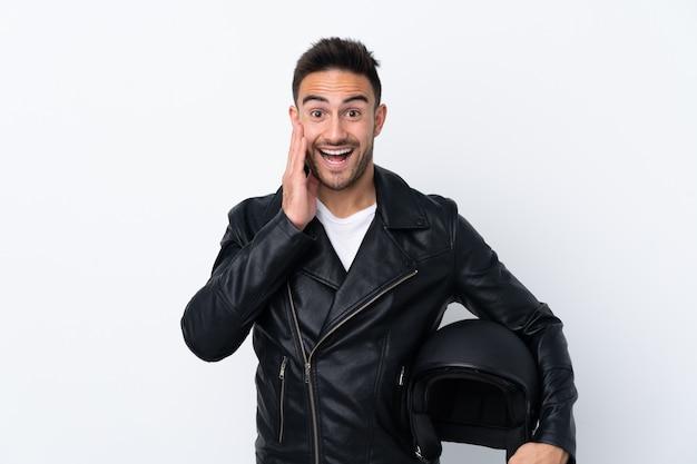 Mężczyzna w kasku motocyklowym z zaskoczeniem i zszokowanym wyrazem twarzy