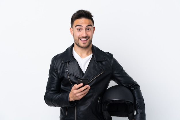 Mężczyzna w kasku motocyklowym zaskoczony i wysyłanie wiadomości