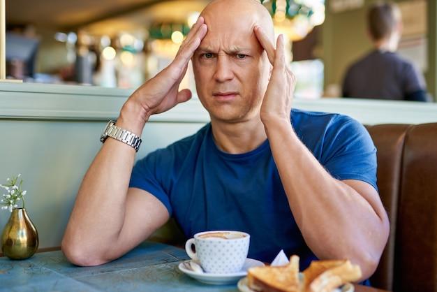 Mężczyzna w kawiarni na śniadanie