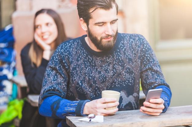 Mężczyzna w kawiarni w sztokholmie z kobietą