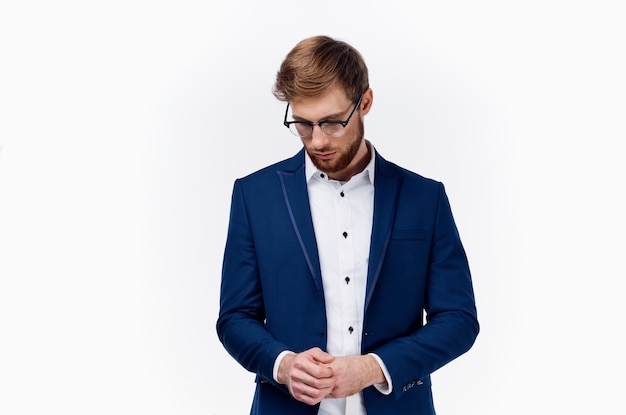 Mężczyzna w klasycznych okularach garniturowych na twarzy i niebieskiej kurtce w jasnym tle biznes finanse