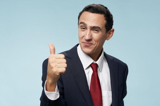 Mężczyzna w klasycznym garniturze pozytywny gest ręki