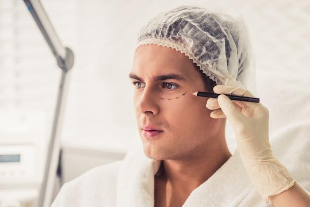 Mężczyzna w kosmetyczki
