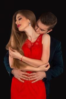 Mężczyzna w kostiumie całuje kobiecą szyję