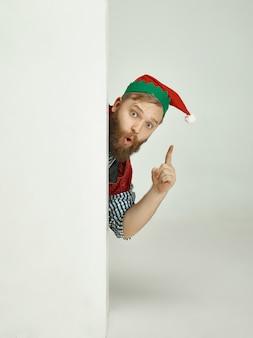 Mężczyzna w kostiumie elfa.