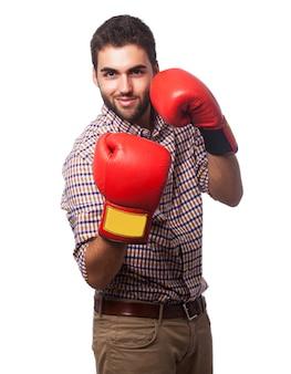 Mężczyzna w koszuli w kratę z rękawice bokserskie