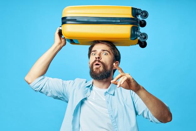 Mężczyzna w koszuli z bagażem na głowie turystyka podróż lotnisko