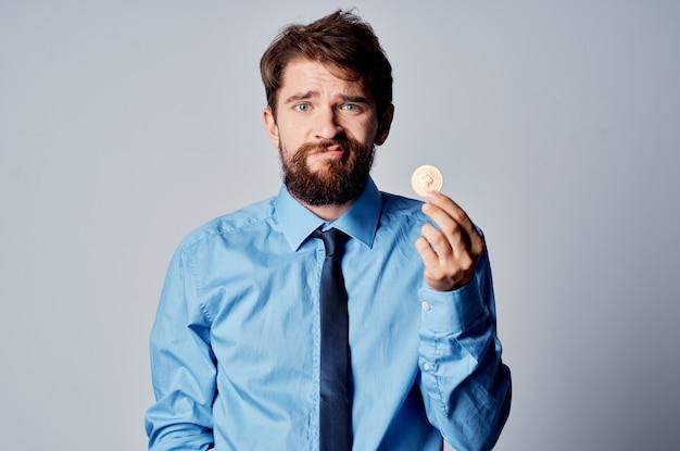 Mężczyzna w koszuli z krawatem emocje kryptowaluta finanse portfel elektroniczny