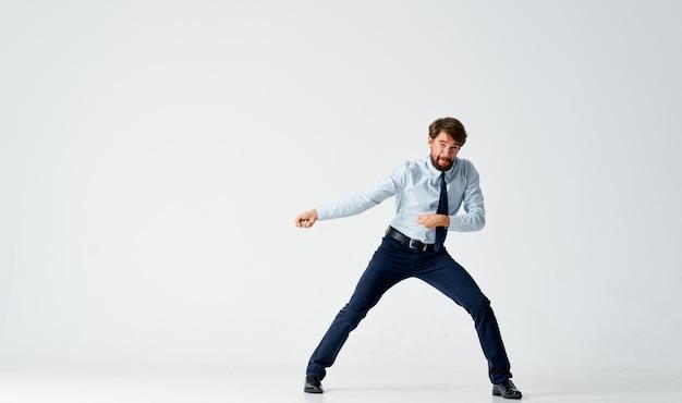 Mężczyzna w koszuli z krawatem emocje praca zawodowa kariera