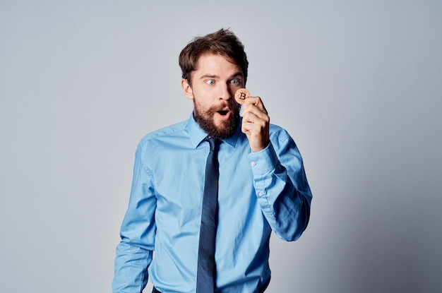 Mężczyzna w koszuli z krawatem internet finanse inwestowanie commerce