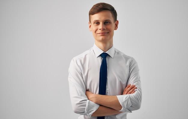 Mężczyzna w koszuli z menedżerem pewności siebie w krawacie