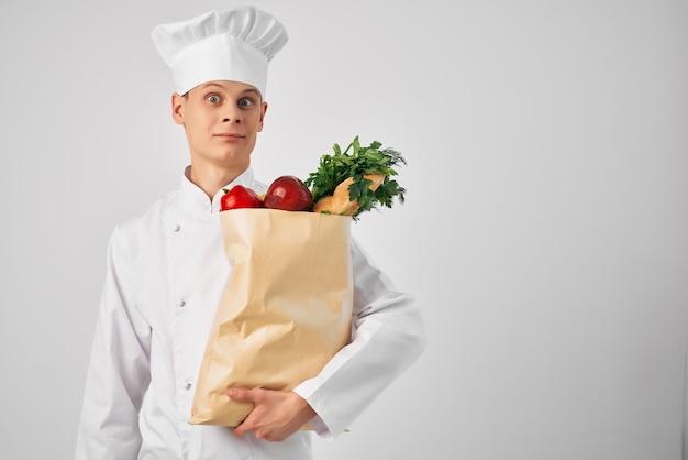Mężczyzna w kucharzu ujednolica pakiet produktów obsługa pracy restauracji