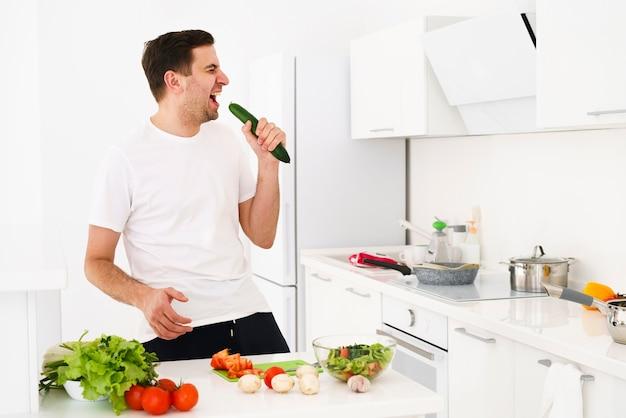 Mężczyzna w kuchni śpiewa