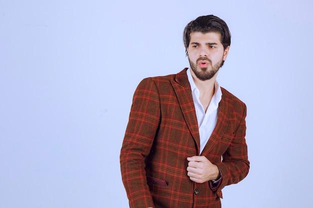 Mężczyzna w kurtce z kolekcji jesień zima moda.