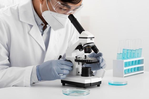 Mężczyzna w laboratorium robi eksperymenty