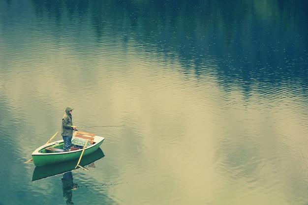 Mężczyzna w łodzi na jeziorze
