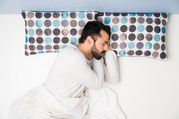 Mężczyzna w łóżku w widoku z góry