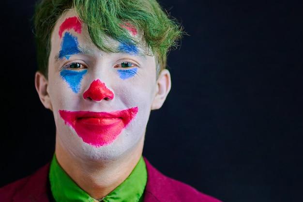 Mężczyzna w makijażu klauna