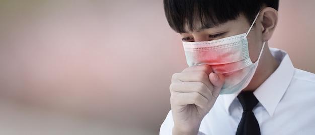 Mężczyzna w masce chirurgicznej na nosie z kaszlem i kichaniem z powodu choroby aby zapobiec rozprzestrzenianiu się wirusów i zarazków na innych, maska na twarz chroni wirusa koronowego 2019
