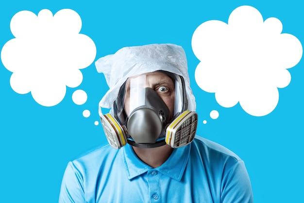 Mężczyzna w masce gazowej i plastikowej torbie na głowie symbolizuje ochronę środowiska przed zanieczyszczeniem na niebiesko