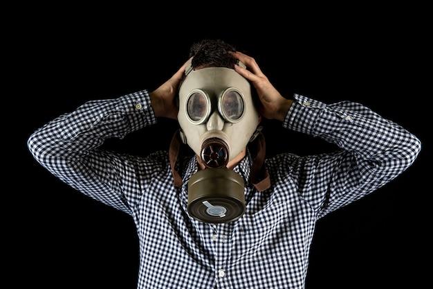 Mężczyzna w masce gazowej martwi się obecną sytuacją