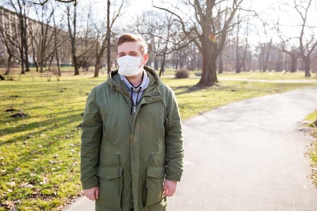 Mężczyzna w masce medycznej, aby go chronić