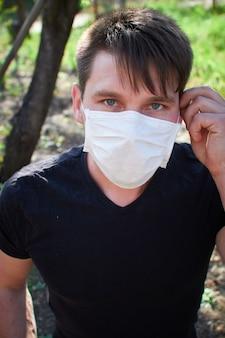 Mężczyzna w masce medycznej. ochrona przed wirusami, bakteriami i chorobami